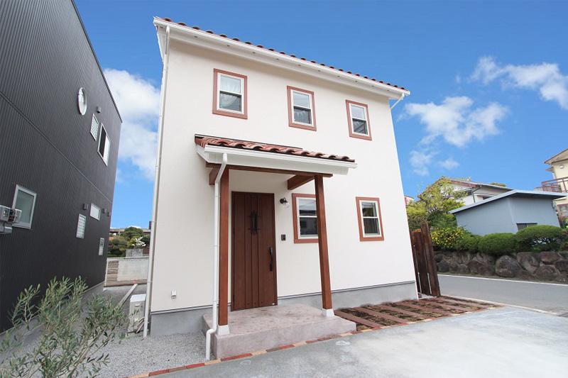 外観|白い塗装の外壁と軽量タイプの屋根材は、ナチュラルな雰囲気を大切にし、自然素材も積極的に取り入れた、優しいお家です。