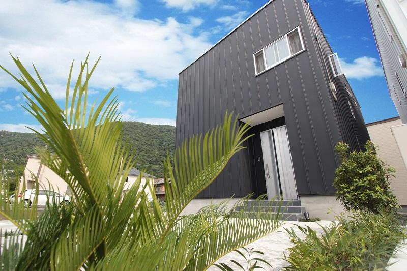 外観|ブラックでかっこいい外観です。駐車場は2台、工夫次第では3台駐車可能です。屋根には太陽光パネルが設置されているので、気になる月々の光熱費がダウンできます。