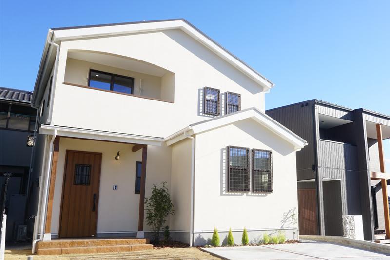 外観|三角屋根のかわいらしいお家です。アイボリー系の塗り壁が見た人に暖かい印象を与えます。車は、2~3台駐車可能です。