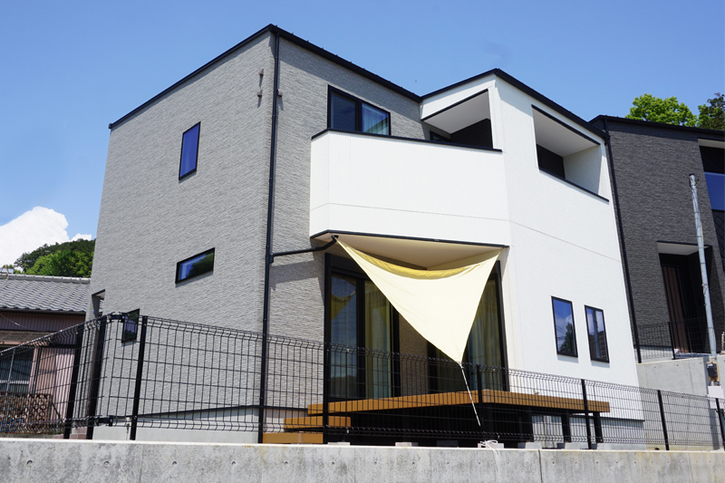 外観|外壁にはホワイトとグレーの2色のサイディングを貼りました。グレーが影のように、お家の立体感を強調する役割を果たしています。