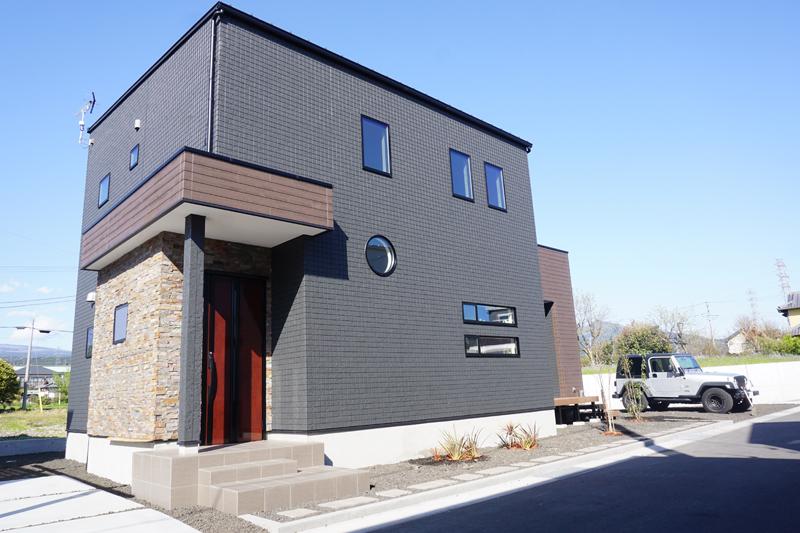 外観|黒い外壁に赤い玄関ドアが映える建物です。カーポートが併設されているので、雨天時のお買い物も雨に濡らさず安心です。